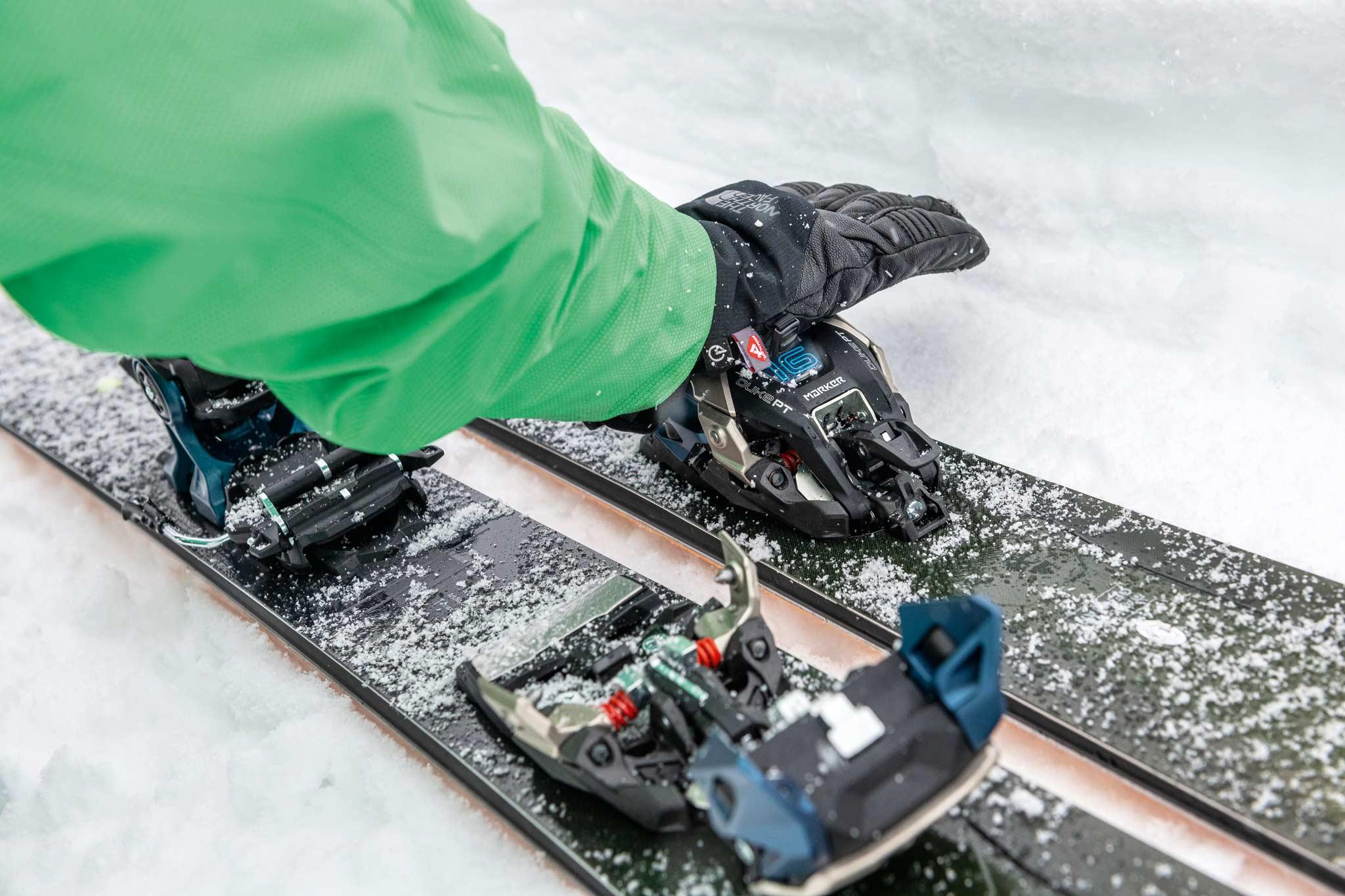 Zum Aufstieg wird der obere Teil des Vorderbackens nach vorne geklappt, was die Pin-Bindung freilegt. Um bewegtes Gewicht am Ski zu sparen, kann das vordere Oberteil auch abgenommen und im Rucksack verstaut werden - Foto: Pally Learmond