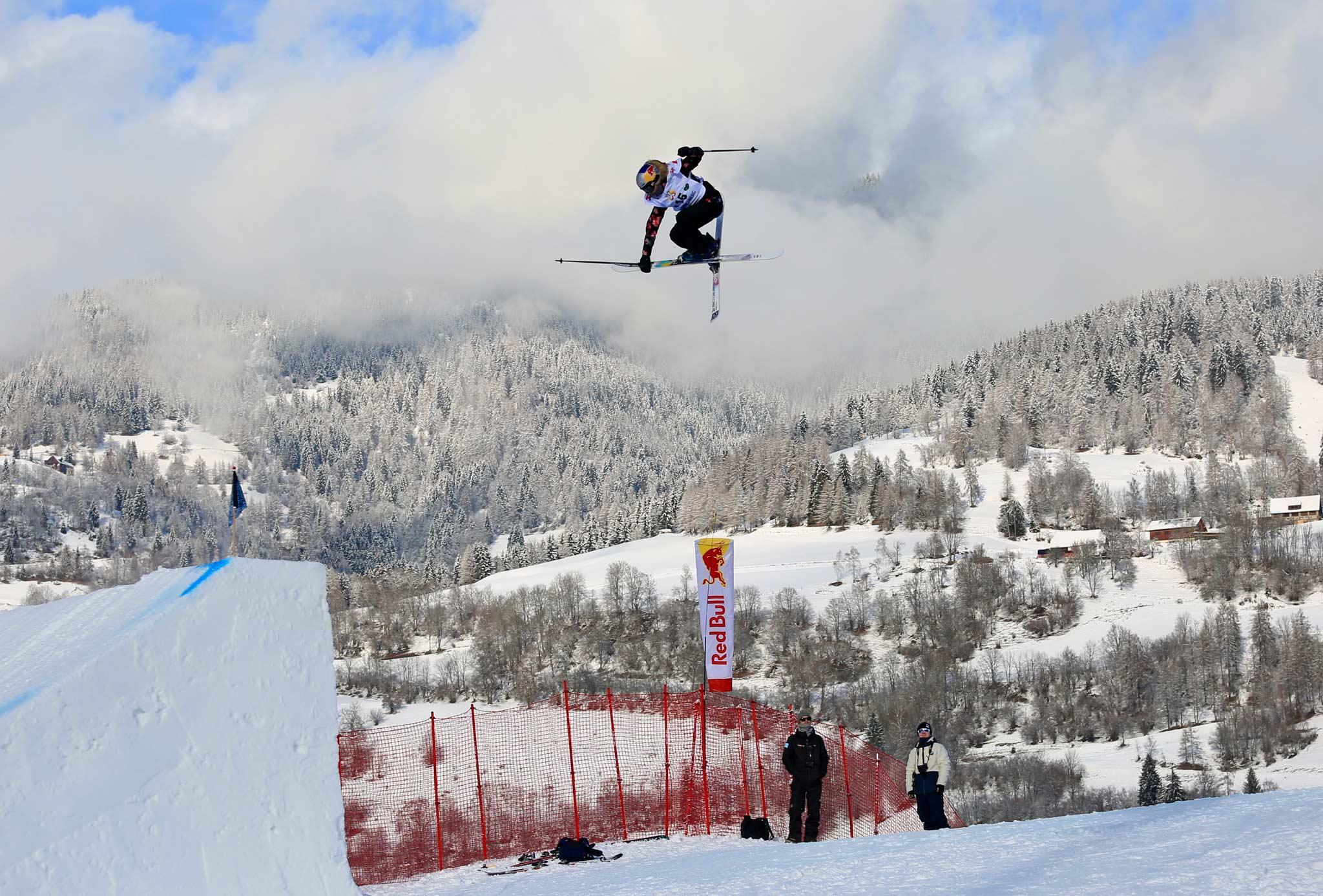 Kelly Sildaru aus Estland schaffte bei ihrem ersten Big Air Weltcup direkt den Sprung in das Finale der besten sechs Frauen. - Foto: FIS Freestyle / Buchholz