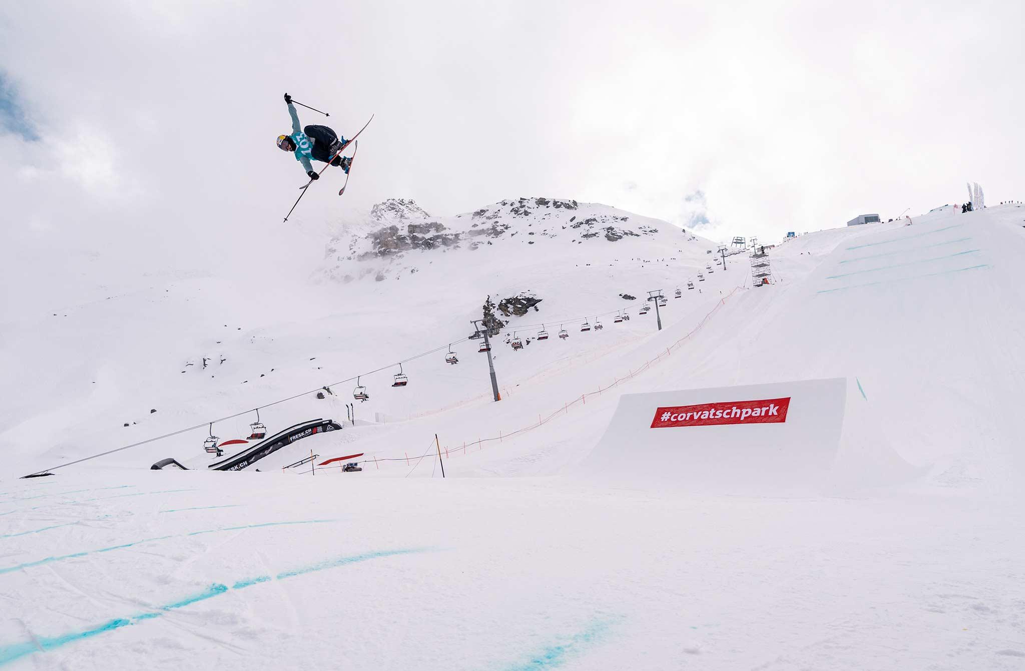 Schnappt sich im letzten Moment Platz 3 beim Corvatsch Freeski World Cup: Mathilde Gremaud aus der Schweiz. - Foto: Filip Zuan