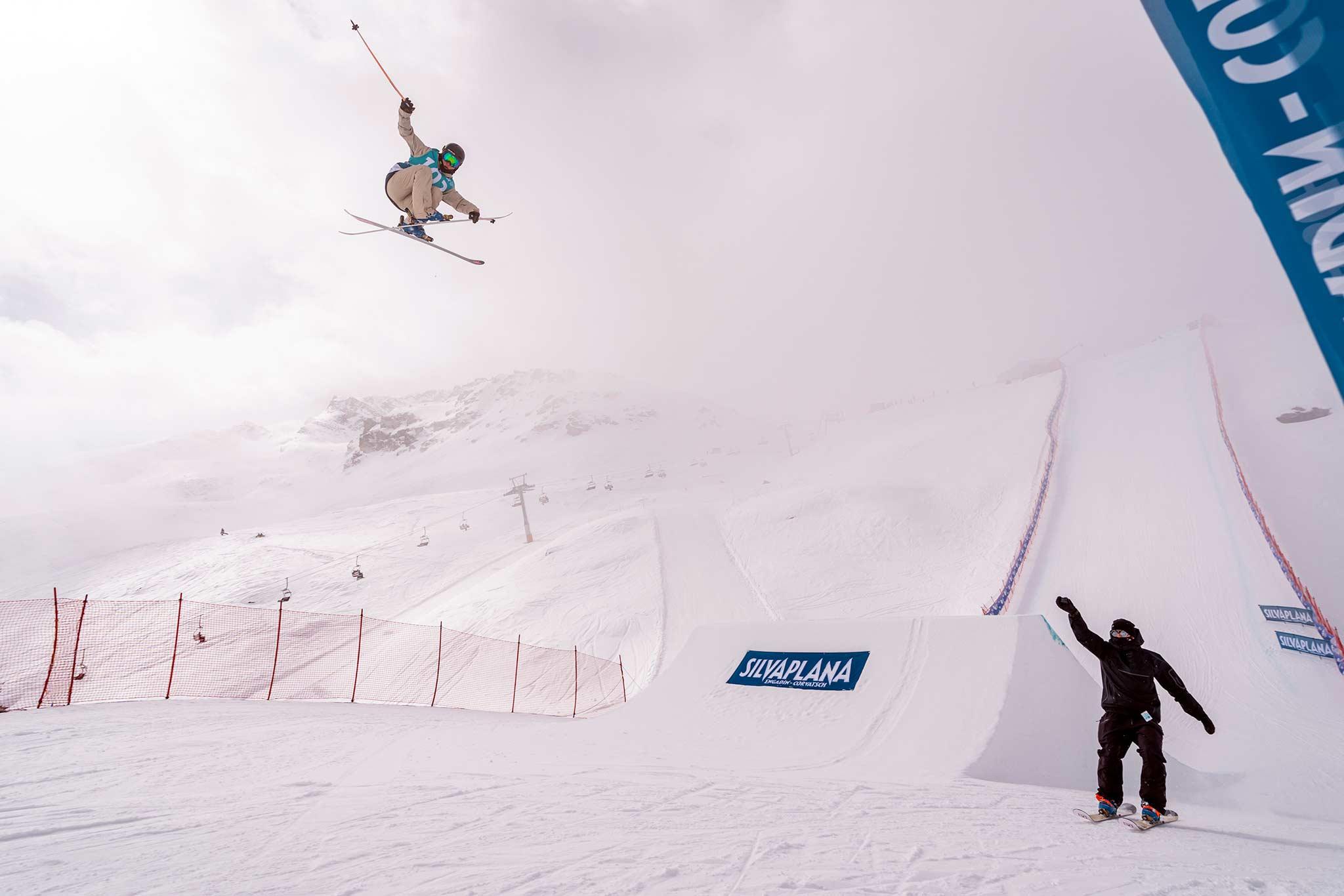 Sarah Hoefflin aus dem Swiss Freeski holt einen guten zweiten Platz am Corvatsch. - Foto: Filip Zuan