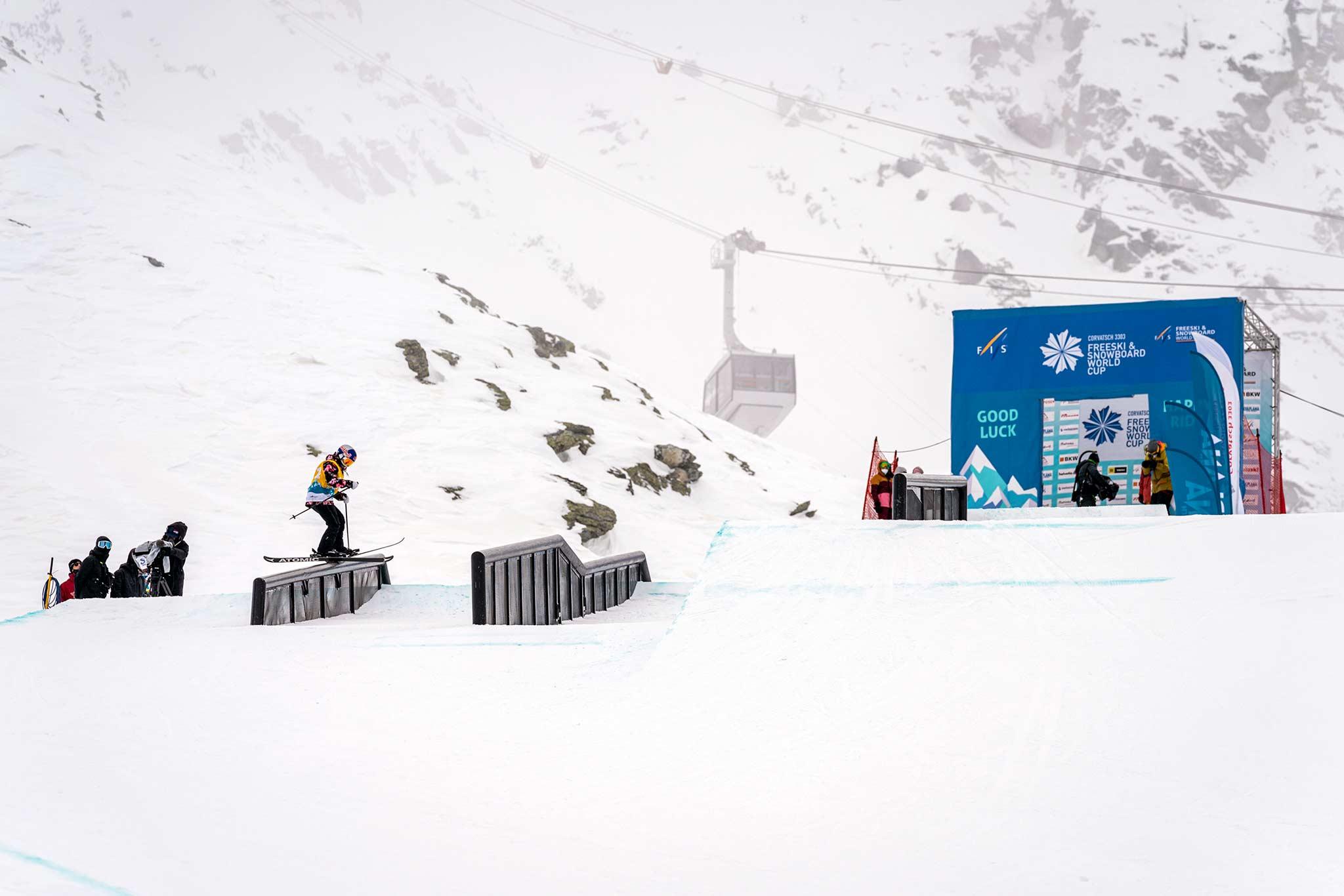 Tess Ledeux aus Frankreich gewinnt den Corvatsch Freeski Weltcup und oben drauf auch den Slopestyle Gesamtweltcup 2020/2021. - Foto: Filip Zuan