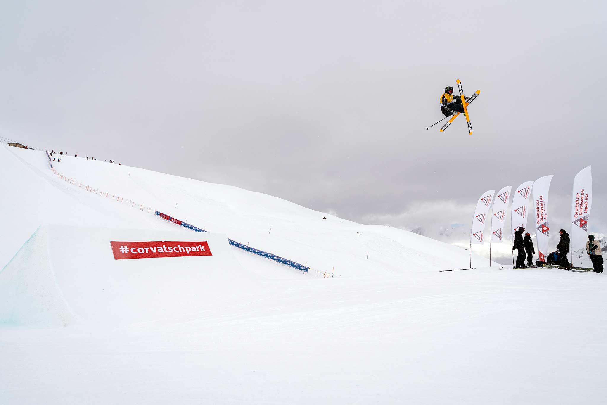Colby Stevenson aus den USA gewinnt den Corvatsch Freeski Weltcup und oben drauf auch den Slopestyle Gesamtweltcup 2020/2021. - Foto: Filip Zuan