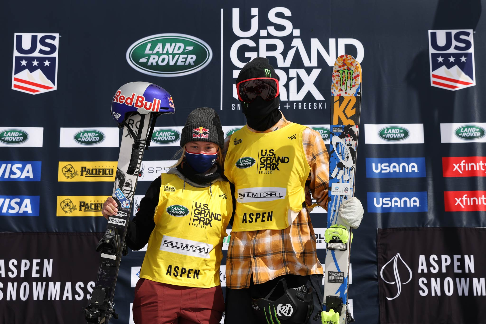 Die beiden Gewinner beim Slopestyle Weltcup in Aspen: Tess Ledeux und Colby Stevenson.