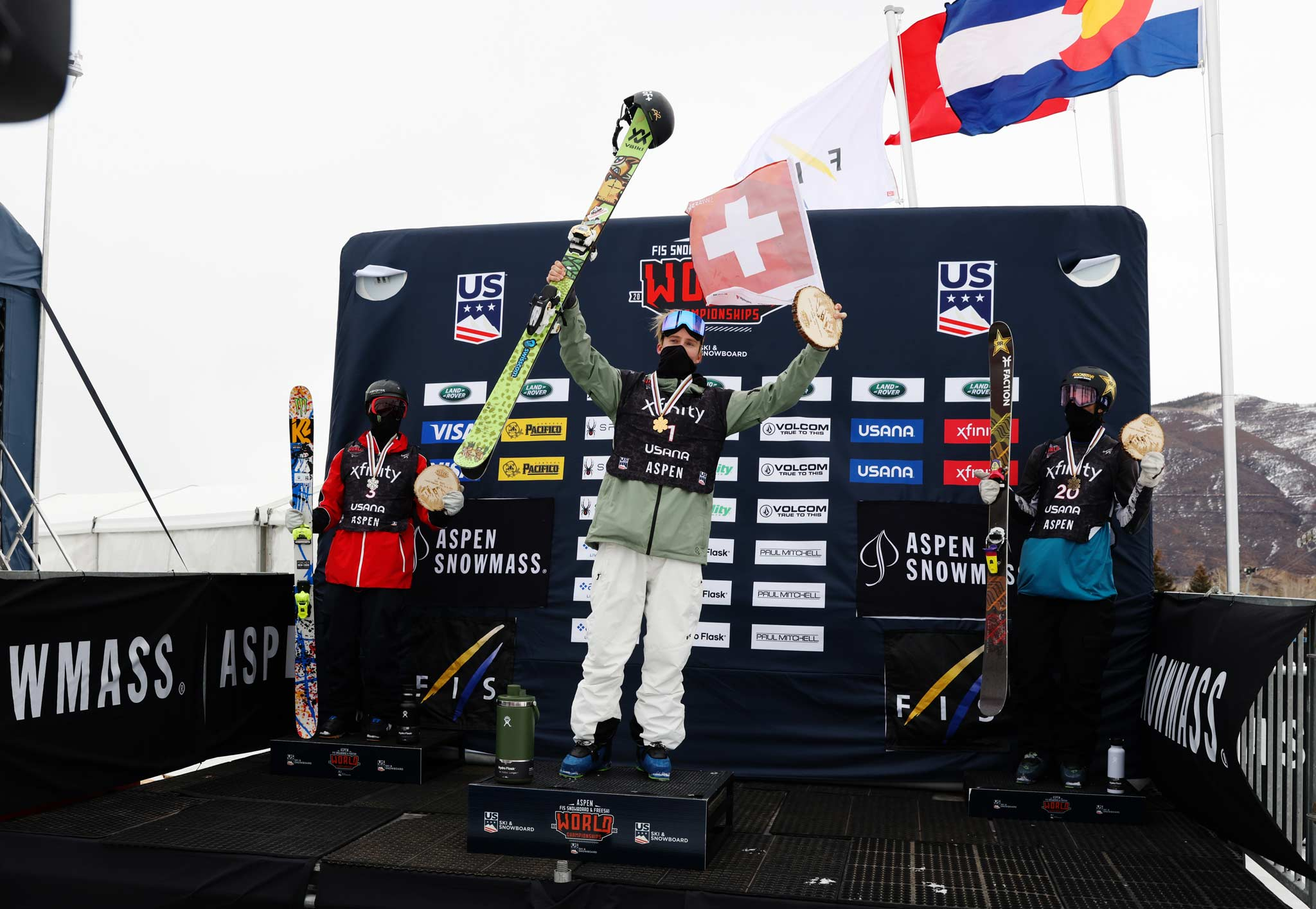 Die drei besten Männer im Slopestyle bei der Freeski WM 2021 in Aspen: Colby Stevenson (USA), Andri Ragettli (SUI) und Alex Hall (USA) - Foto: FIS